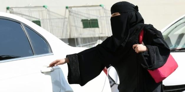 Une Saoudienne prend un taxi dans les rues de Ryad en Arabie Saoudite, en octobre 2014
