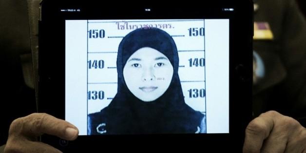 Un responsable de la police montre le 31 août 2015 le portrait-robot de la femme recherchée dans le cadre de l'enquête sur l'attentat de Bangkok