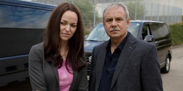 Beate Zschäpe (Lisa Wagner) und Kriminalhauptkommissar Troller (Joachim Król)