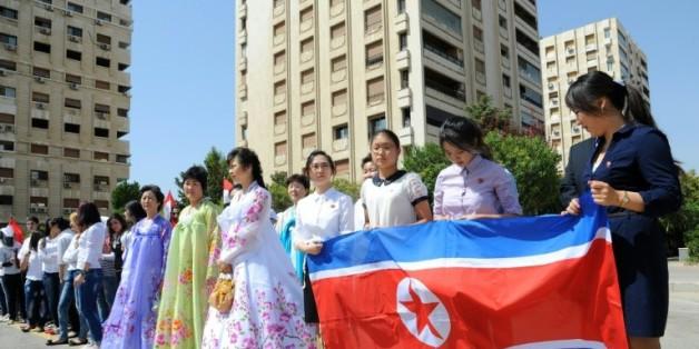 Photographie réalisée par l'Agence de presse officielle syrienne SANA, montrant des responsables syriens et l'ambassadeur nord-coréen à Damas, lors de l'inauguration d'un jardin à la gloire de Kim Il-Sung, le 31 août 2015