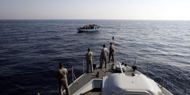 Die italienische Küstenwache stoppt ein Flüchtlingsboot im Mittelmeer