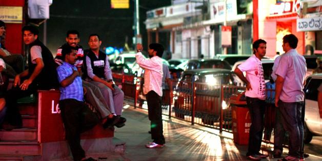 Inder vor einem Nachtclub in Bangalore