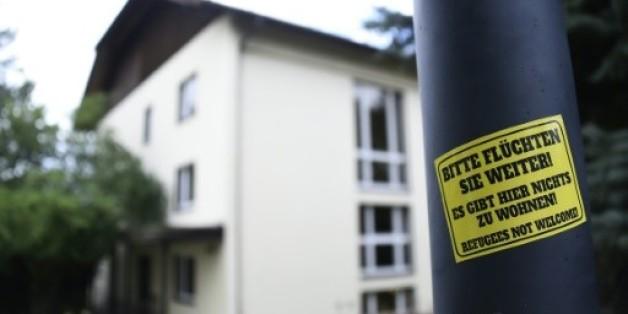 """Un sticker apposé sur un lampadaire clame, le 27 juillet 2015 à Freital, en Saxe: """"S'il vous plaît, fuyez un peu plus loin! Il n'y a rien pour vous accueillir ici! Les réfugiés ne sont pas les bienvenus!"""""""