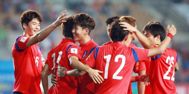 한국 이청용이 첫 골을 성공시키자 한국 선수들이 환호하고 있다.