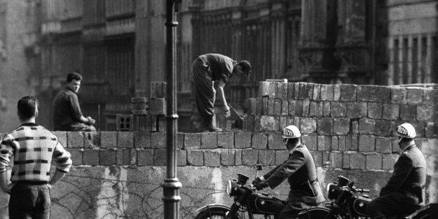 Arbeiter erhöhen die Sektorensperre an der Bernauer Straße zu Beginn der 60er Jahre