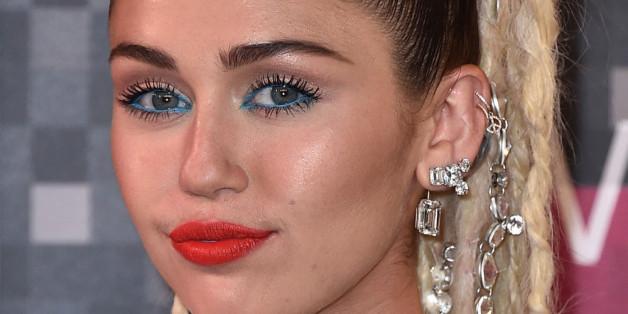 Bei speckig glänzender Stirn und Wangen, wie bei Miley Cyrus, hilft Puder zum Abdecken