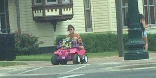 Warum diese Studentin jeden Tag mit einem pinken Barbie-Mobil zur Uni fährt