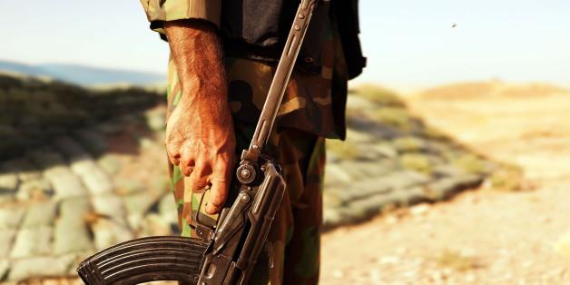 Ein Kämpfer in Syrien mit einer Kalaschnikow