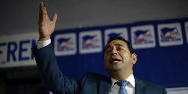 Le candidat du FNC-Nacion (droite) à la présidentielle du Guatemala, Jimmy Morales, s'adresse à ses partisans après les résultats provisoires du 1er tour, le 7 septembre 2015 à Guatemala City