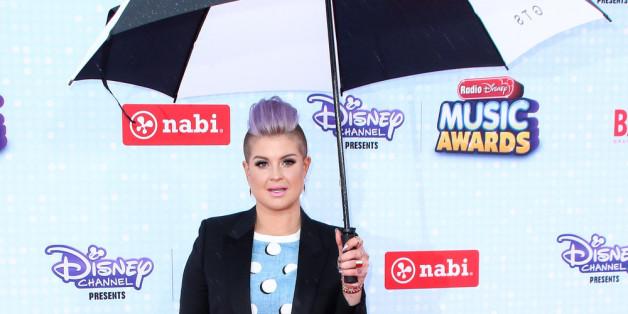 Kelly Osbourne beweist: Der richtige Regenschirm kann ein Outfit perfekt ergänzen