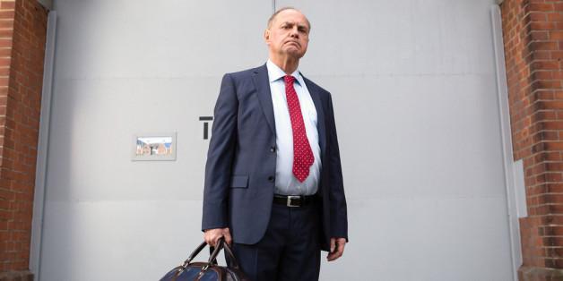 Fußballfunktionär Honig (Uwe Ochsenknecht) muss in den Knast