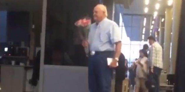 Wir lieben diesen alten Mann, der mit Blumen am Flughafen wartet