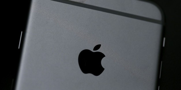 Le logo d'Apple sur un iPhone 6, le 21 juillet 2015 à San Francisco