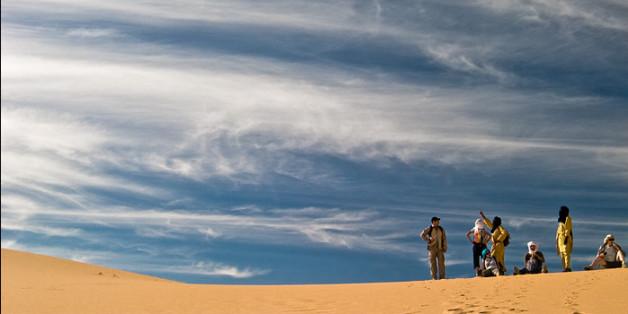 Randonnée dans les dunes près de Djanet, dans le sud algérien, le 2 avril 2006