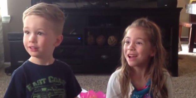Sie erfahren gerade, dass sie ein Geschwisterchen bekommen.