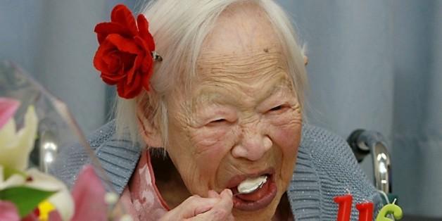 Misao Okawa, la femme la plus âgée du monde, mange son gâteau d'anniversaire pour ses 116 ans, le 5 mars 2015 à Osaka, au Japon