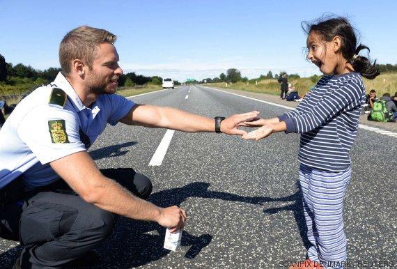policia niña refugiada