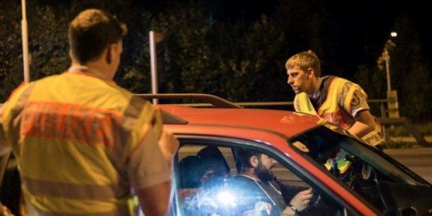 Un véhicule contrôlé par des policiers allemands le 13 septembre 2015 à Freilassing à la frontière de l'Allemagne et de l'Autriche