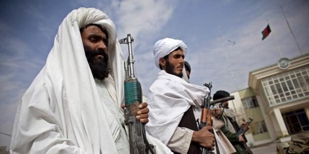 Taliban-Kämpfer übergeben ihre Waffen im Jahr 2010