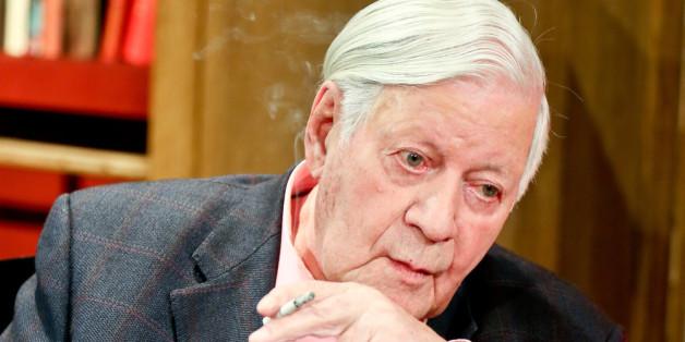 Nur echt mit Zigarette: Altkanzler Helmut Schmidt