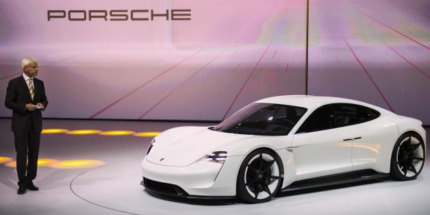 Le PDG de Porsche Matthias Mueller présente le concept car Mission E, le 14 septembre au Salon de l'automobile de Francfort.