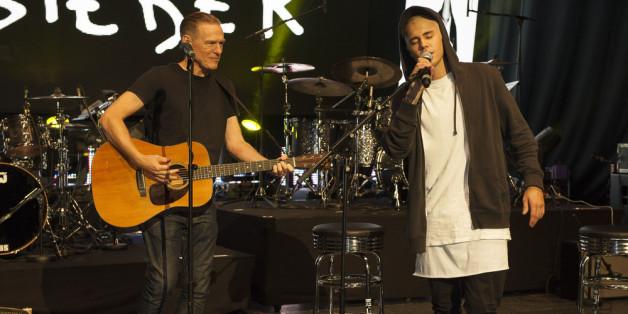 "Bryan Adams (l.) mit Justin Bieber bei ""Universal Inside 2015"" in Berlin"
