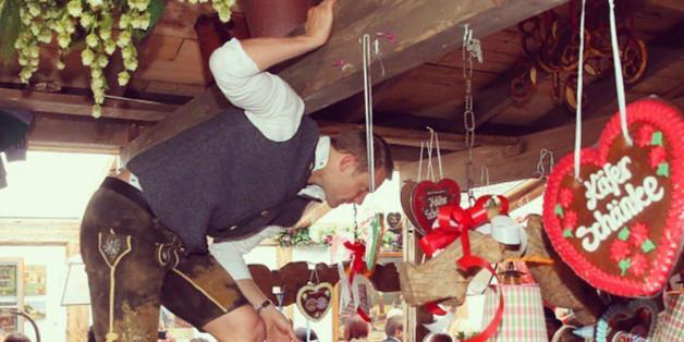 Jetzt aber schnell: FC-Bayern-Star Manuel Neuer kletterte vergangenes Jahr über die Bänke - ob das wohl erlaubt war?
