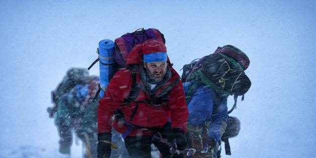 Rob Hall (Jason Clarke, M.) kämpft sich den Mount Everest hoch