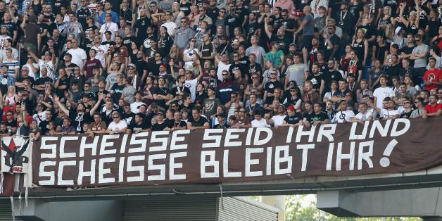 Fans des FC St. Pauli: Mit diesem Transparent ist Zweitligarivale RB Leipzig gemeint