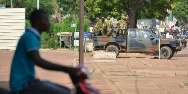 Des militaires patrouillent dans une rue de Ouagadougou, le 17 septembre 2015 après un coup d'Etat