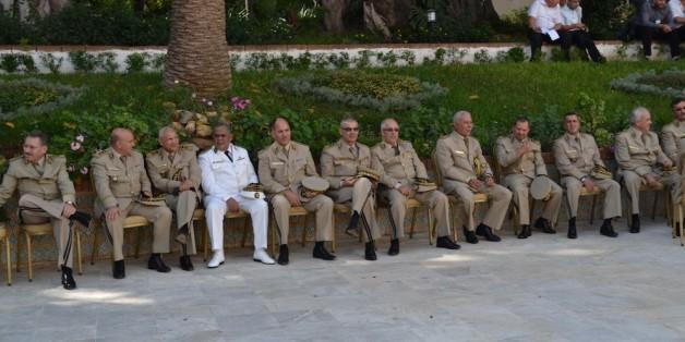 Des officiers généraux de l'armée au palais du peuple en attente du cercueil de Chadli Bendjedid en Octobre 2012
