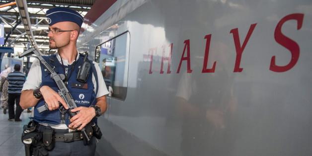 Sicherheitskräfte vor dem Thalys-Zug in Paris
