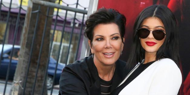 Kylie Jenner (r.) weckt bei Mutter Kris offenbar immer noch den Beschützerinstinkt