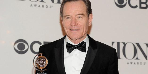 Stolz hält Bryan Cranston den Tony-Award in Händen, den er für seine Theater-Darstellung als Präsident gewonnen hat