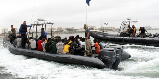 Des migrants dans un bateau des garde-côtes libyens après qu'ils ont été secourus au large de la ville de Qarabulli, à 60 km à l'est de Tripoli, le 7 septembre 2015