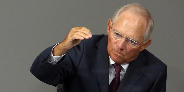 Finanzminister Wolfgang Schäuble muss für Flüchtlingshilfen den Haushalt kürzen.
