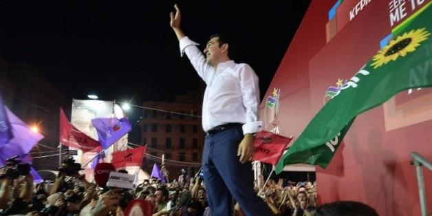 Alexis Tsipras acclamé par les supporteurs de Syriza après la victoire de la gauche radicale aux législatives le 20 septembre 2015 à Athènes  © AFP LOUISA GOULIAMAKI