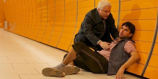 """Szene aus dem """"Tatort: Die letzte Wiesn"""": Kommissar Franz Leitmayr (Udo Wachtveitl, l.) kümmert sich um einen scheinbar total betrunkenen Italiener."""