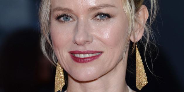 Naomi Watts kennt den Trend: Hier trägt sie goldene Ohrringe bei einer Filmpremiere in Toronto
