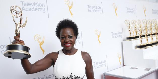 Viola Davis zeigt ihren Emmy Award