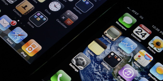 The Retina Display on iPhone 4 (right) compared with the display on iPhone 3G (left).