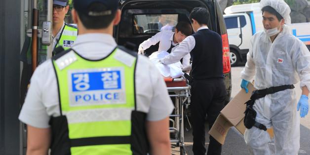 21일 오전, 경찰이 사건 현장의 출입을 통제하고, 시신을 수습하고 있다