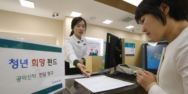 21일 오후 서울 중구 KEB하나은행 영업2부점에서 행원이 펀드에 대해 설명하고 있다.