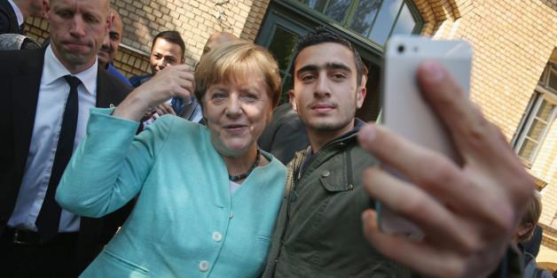 Bundeskanzlerin Angela Merkel mit einem Flüchtling