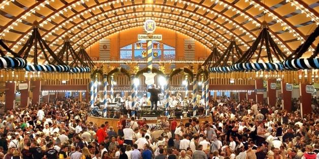 Im Bierzelt wird zur Musik gefeiert