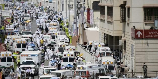 Des ambulances transportent les blessés à l'hôpital de Mina, près de la Mecque, après une bousculade durant le pèlerinage qui a fait près de 500 morts, le 24 septembre 2015