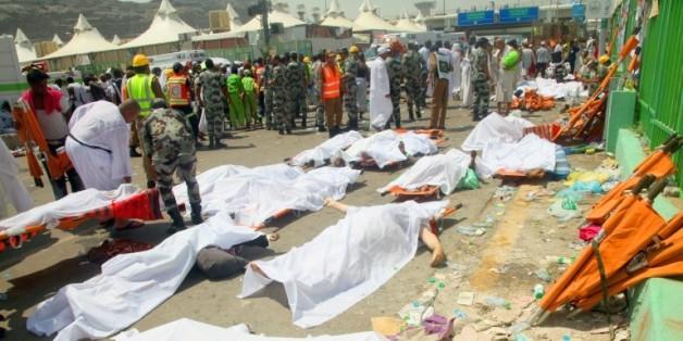 Les services de secours saoudiens rassemblent les corps des victimes d'une bousculade à Mina, près de La Mecque, le 24 septembre 2015, en Arabie Saoudite