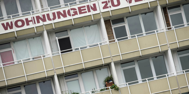 """""""Wohnungen zu vermieten"""" steht in großen Lettern an Balkonen eines Mietshauses in Berlin (Archivbild)"""