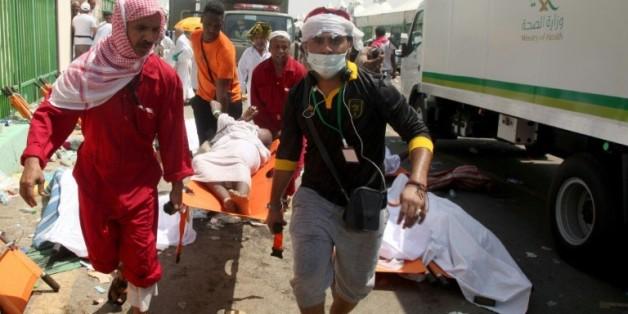 Les services de secours saoudiens transportent un blessé de la bousculade meurtrière à Mina, près de La Mecque, le 24 septembre 2015, en Arabie Saoudite