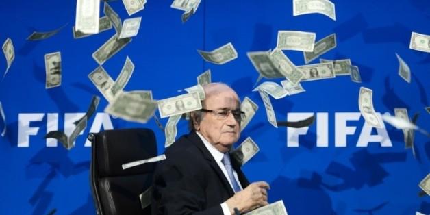 Le président démissionnaire de la Fifa Joseph Blatter reçoit des faux dollars lancés par un manifestant, le 20 juillet 2015 à Zurich